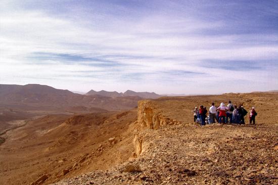 קבוצת מטיילים על הר כרכום, מעט לפני הפסגה.